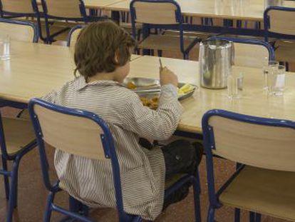 Un niño toma el almuerzo en un comedor escolar de un colegio de Barcelona.