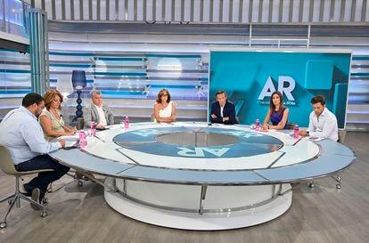 Ana Rosa Quintana en un momento de su programa, emitido por Telecinco. La franja matutina apuesta en todas las cadenas por las mesas de tertulianos para hablar de política, actualidad o corazón.