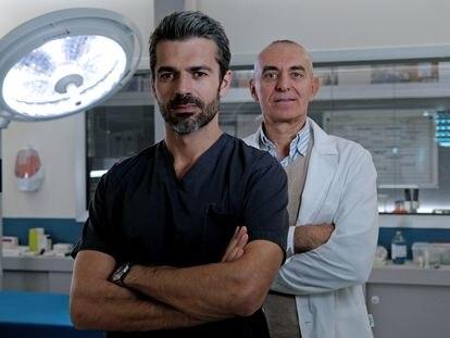 Luca Argentero, protagonista de la serie 'Doc', y el doctor Pierdante Piccioni, en cuya historia se basa la producción italiana.