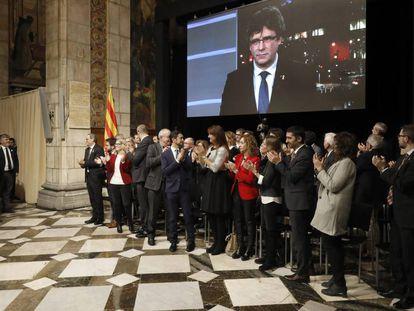Quim Torra y Pere Aragonés, entre otros, aplauden la intervención por videoconferencia de Carles Puigdemont.