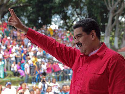 Nicolás Maduro saluda a sus seguidores en Palacio presidencial de Miraflores en Caracas.