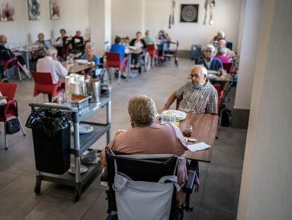 Residentes durante la comida, este miércoles en el centro de mayores Casablanca Villaverde, en Madrid.