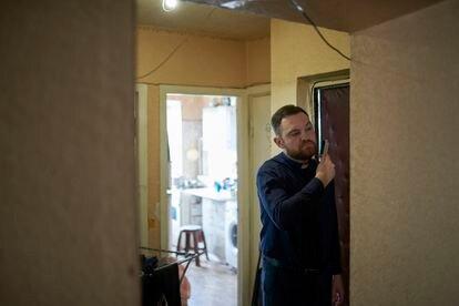 El pastor Andrii Shutkevich en su humilde casa de Svitlodarsk.