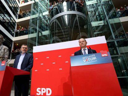 Dietmar Nietan, a la izquierda, y Olaf Scholz, anuncian este domingo los resultados de la votación del SPD.