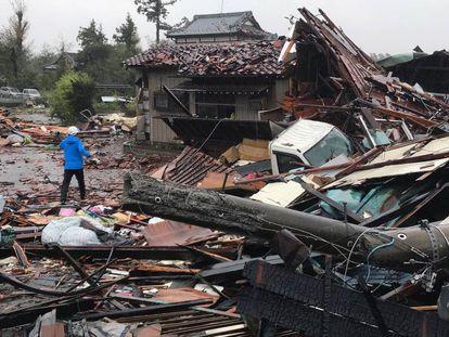 Un hombre camina por los escombros de varias casas desplomadas por el tifón Hagibis en Ichihara, al este de Tokio. En vídeo, así ha sido la llegada del supertifón a Japón.