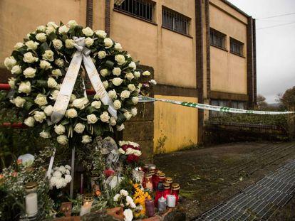 Corona funeraria para Diana Quer en el lugar en el que fue encontrado el cuerpo.