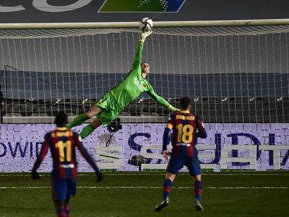 Ter Stegen despeja a mano cambiada un disparo de la Real en las semifinales de la Supercopa