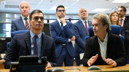 El presidente del Gobierno, Pedro Sánchez, conversa con el director del Centro de Coordinación de Alertas y Emergencias Sanitarias, Fernando Simón.