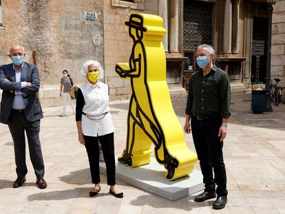 El artista británico Julian Opie (dcha) con Hortensia Herrero y su marido, Juan Roig, esta mañana en Valencia.