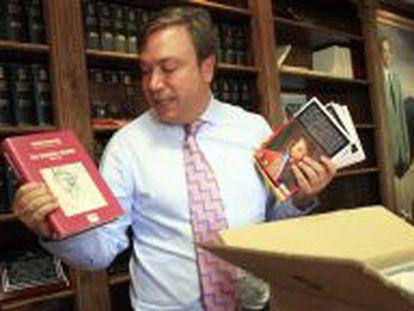 El nuevo alcalde de Getafe aún tiene un buen puñado de cajas de libros sin desembalar.