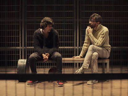 Los actores Pablo Espinosa, a la izquierda, e Israel Elejalde en una escena de la obra 'Tebas Land', de Natalia Menéndez.