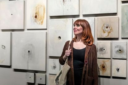 Paula Bonet, this Tuesday, at the La Nau Cultural Center of the University of València, with her paintings from the exhibition 'La anguila'.