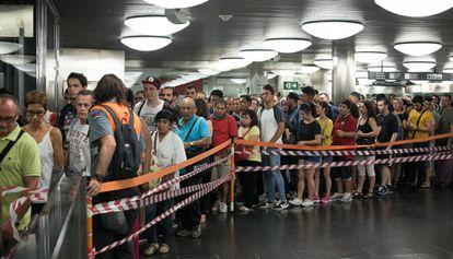 Control del acceso a los andenes en la estación de La Sagrera, ayer, durante la huelga de metro