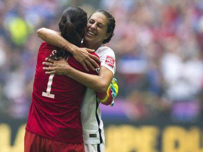 Carli Lloyd se abraza con la portera Hope Solo.