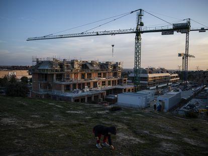 Promoción de viviendas en Boadilla del Monte, el pasado junio. El municipio madrileño es el que más porcentaje de sus ingresos fiscales recibe del impuesto de plusvalías.