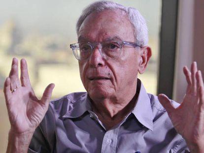 Eusebio Leal, Historiador de la Ciudad, habla con El País durante una entrevista, en la emisora Habana Radio, en la Lonja del Comercio de La Habana, Cuba.