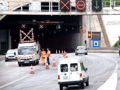 Obras de mantenimiento en una carretera de Barcelona.