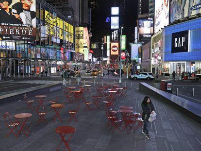 Una mujer camina por la desolada Time Square
