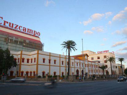 A la izquierda, obras en el edificio que albergará a la Fundación Cruzcampo, este martes en Sevilla.
