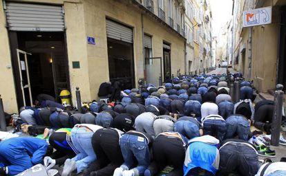 Musulmanes rezando en una calle en Marseille en abril de 2011.