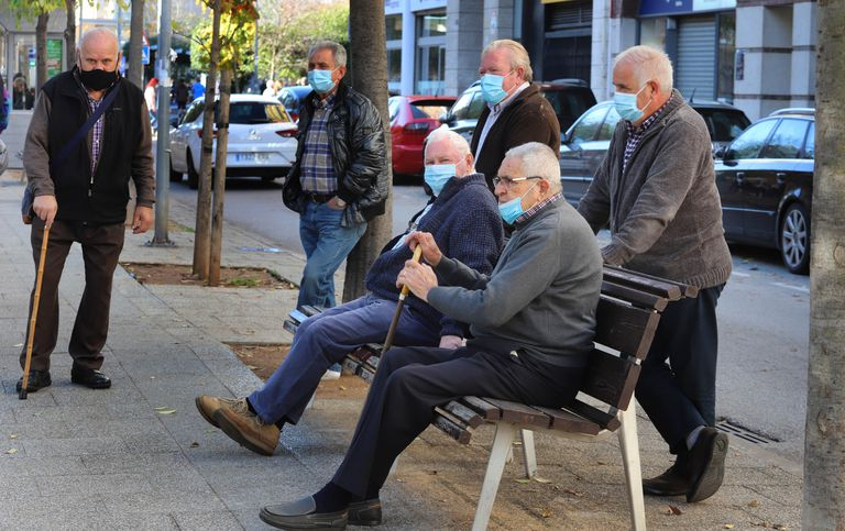 Un grupo de pensionistas en Terrasa (Barcelona)