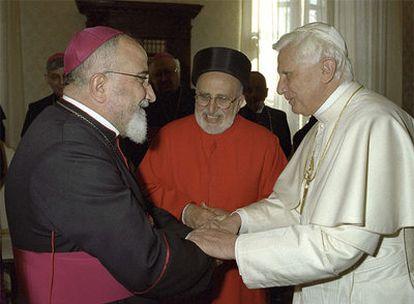 El Papa saluda al arzobispo caldeo de Bagdad (izquierda) en el Vaticano, en una fecha desconocida.