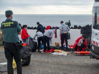 Los servicios de emergencias atienden a un grupo de migrantes llegado a Lanzarote, la pasada semana.