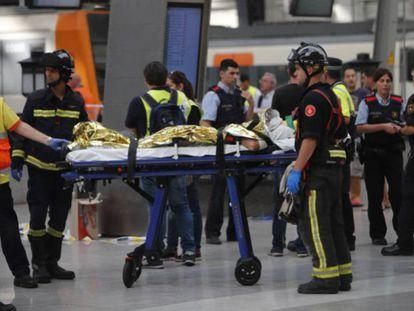 Traslado de un herido en la estación de Francia. CARLES RIBAS / VÍDEO: ATLAS
