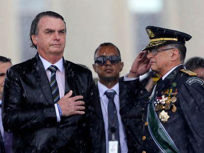 El presidente  Bolsonaro y el excomandante del Ejército, Edson Pujol, en abril de 2019.