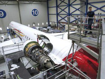 La revisión de una aeronave dura entre una y tres semanas en las que los mecánicos destripan motores y fuselaje