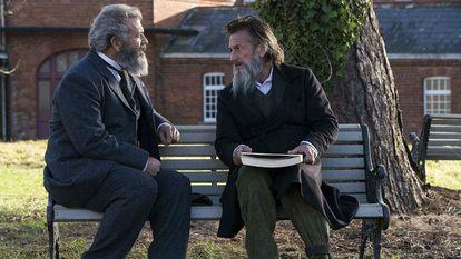 Mel Gibson y Sean Penn, en la película 'Entre la razón y la locura' (2019), que cuenta la historia del 'Diccionario de Oxford', modelo fundamental para otros diccionarios históricos.