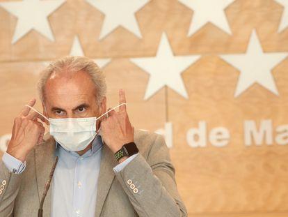 El consejero de Sanidad de la Comunidad de Madrid, Enrique Ruiz Escudero, se quita la mascarilla antes de dar a conocer la actualización de las medidas de protección frente a la covid.