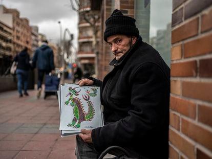 Alberto Torres enseña los dibujos que vende en Instagram justo a la salida del metro de Palos de la Frontera en el madrileño barrio de Arganzuela.