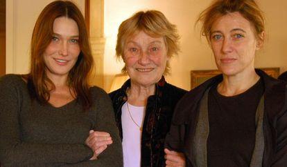 Carla Bruni, con su madre Marisa y su hermana Valeria.