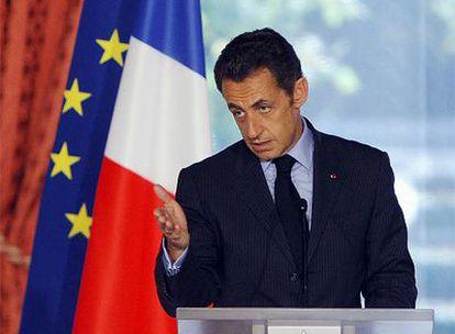 El presidente de Francia, Nicolas Sarkozy, tras la reunión con su gabinete económico, en el momento en que anunciaba las medidas adoptadas por su Gobierno