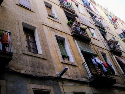 Fachada de un edificio del barrio del Raval en Barcelona.