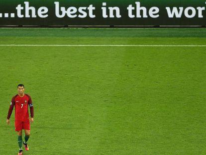 Cristiano Ronaldo camina en solitario durante el partido que jugó contra Islandia