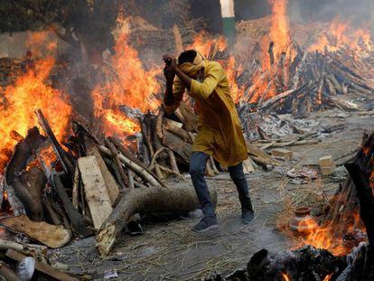 Piras funerarias para quemar a víctimas de covid-19 en Nueva Delhi, la semana pasada.