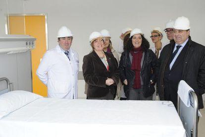 La conselleira de Sanidade, Rocío Mosquera (segunda por la izquierda), durante una visita con otros cargos del Sergas a A Coruña.