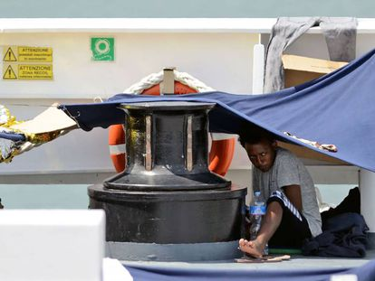 Uno de los migrantes a bordo del 'Diciotti' este jueves en el puerto de Catania (Italia).