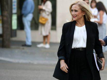 """La expresidenta de la Comunidad de Madrid Cristina Cifuentes a su llegada a la Audiencia Nacional, el pasado octubre. En vídeo, declaraciones sobre su caída, en Telecinco el pasado septiembre: """"Fue algo perfectamente planificado en un despacho"""""""