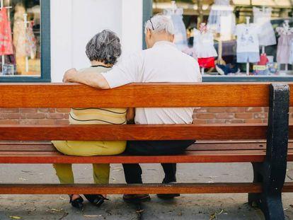 Una pareja en un banco.
