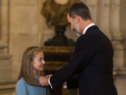 El Rey impone el Toisón de Oro a la princesa Leonor.