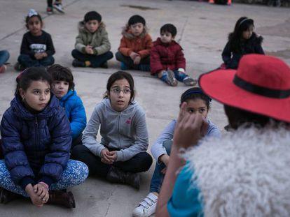 Niños y niñas siguen a un grupo de animación infantil en Barcelona.