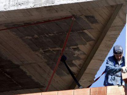 Un obrero trabaja en la construcción de una vivienda.