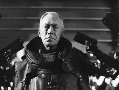 El actor sueco Max von Sydow interpreta al Presidente del Tribunal Supremo Fargo en la distópica película de ciencia ficción 'Judge Dredd', de 1995.