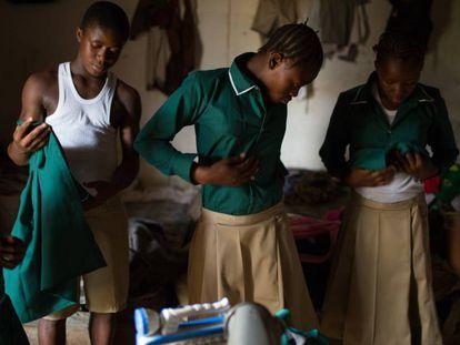 Tres alumnas y un alumno se preparan para regresar al colegio en esta foto de abril de 2015 en Freetown, capital de Sierra Leona.