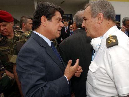 Federico Trillo (izquierda) conversa con el general Navarro en el tanatorio de Trabzon en mayo de 2003.