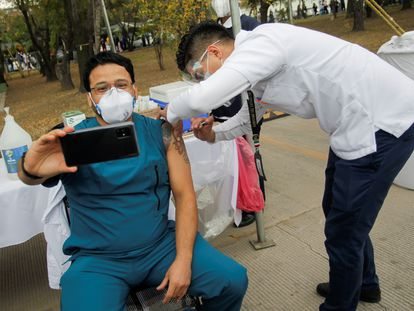 Un trabajador sanitario se toma una 'selfie' tras recibir la vacuna contra la covid-19, en Nuevo León, al norte de México.