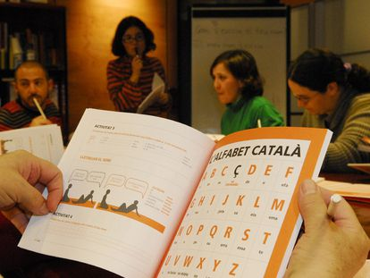 Un libro de catalán en un centro de educación para adultos.